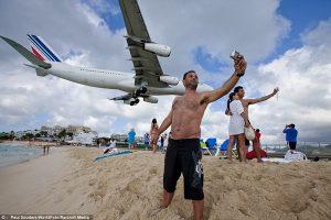 в сен-мартене самолеты летают буквально по головам туристов