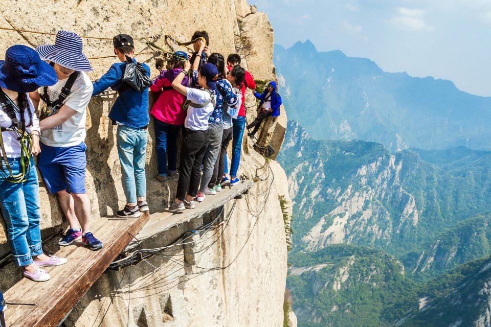 Climbing the mountain of Huashan развлечения мира