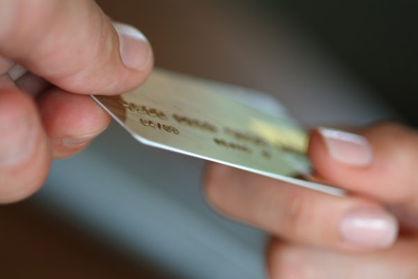 Правила экономии при оплате банковской картой за границей