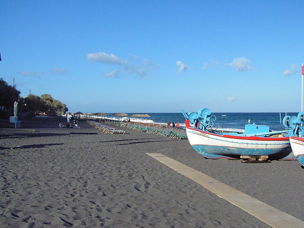 пляж с черным песком Камари