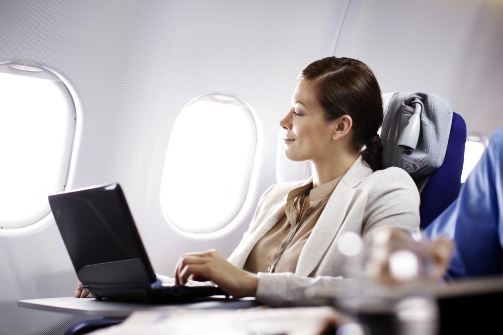 Стоит ли пользоваться Wi-Fi в самолете: какие есть предложения для пассажиров?