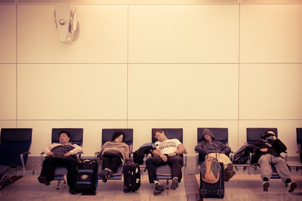 11 полезных советов для комфортной ночевки в аэропорту