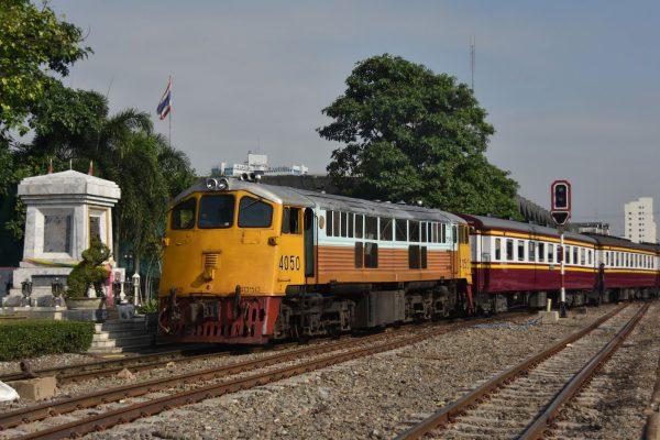 Незабываемая достопримечательность Таиланда: поездка на раритетном поезде