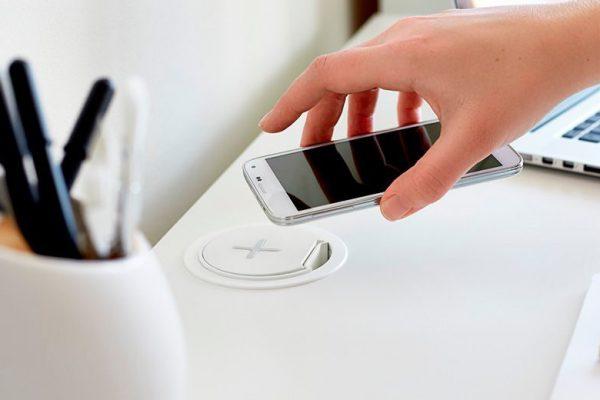 Как зарядить смартфон или другой гаджет в чужой стране без переходника?
