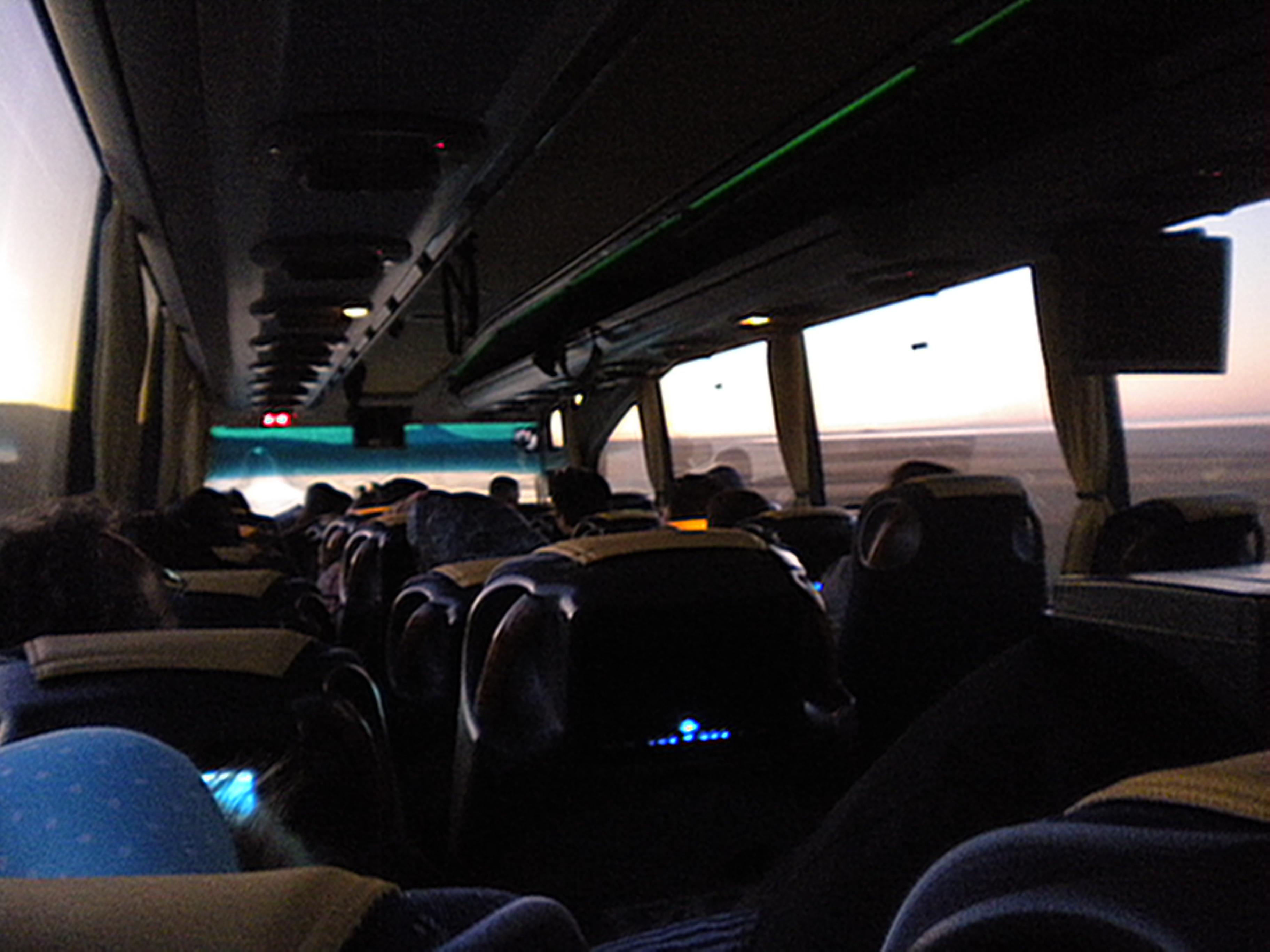 Как легко пережить ночной переезд в автобусе и сэкономить на Интернете в Европе?