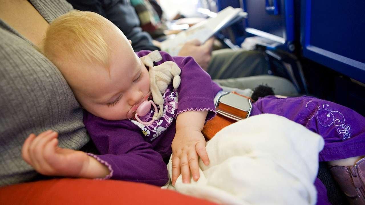 На борту самолета с маленьким ребёнком: простые и полезные советы родителям