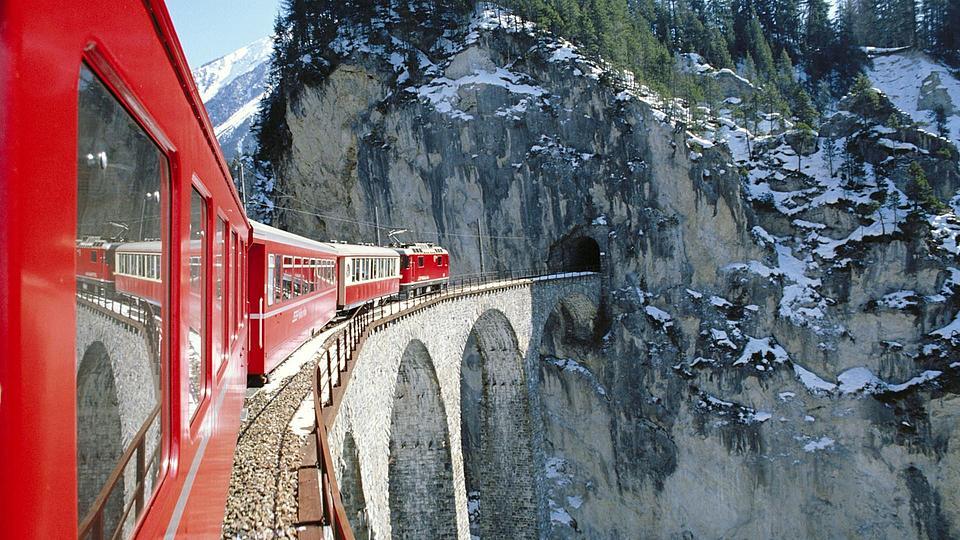 Почему стоит выбрать поезд для своих путешествий и как сэкономить на связи за границей?