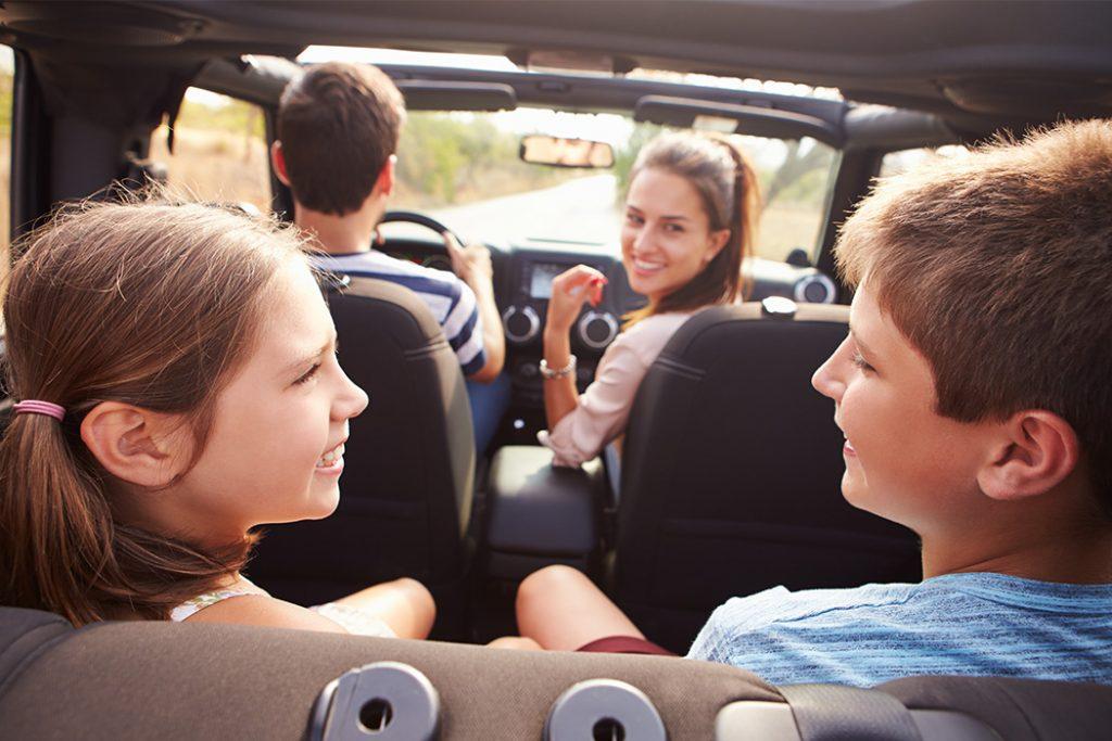 со взрослым ребенком в машине