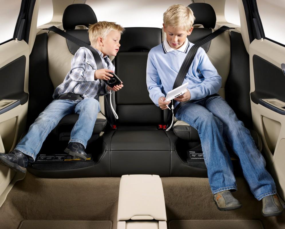 Примеры игр, которые позволят занять ребенка в машине